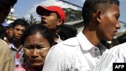 Bà mẹ ôm con trai vừa được trả tự do từ nhà tù Insein ở Rangoon, ngày 3/1/2012