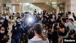前香港众志成员周庭2020年11月23日到达西九龙裁判法院时受到大批记者的追访(路透社)