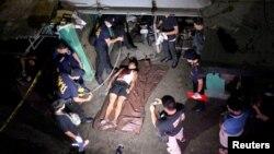 Thi thể một người đàn ông mà cảnh sát cho biết đã chết trong một vụ trấn áp ma túy, Manila, Philippines, ngày 18/8/2016.