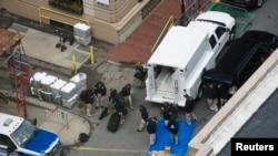 执法人员在波士顿马拉松赛爆炸现场进行调查