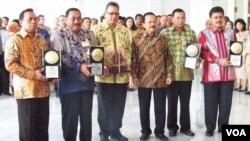 Gubernur DKI Fauzi Bowo (ketiga dari kanan) bersama para Walikota di DKI Jakarta penerima penghargaan Adipura dari Presiden SBY (foto: Budi Nahaba/VOA)