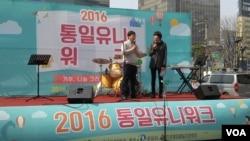 지난 20일 서울 청계광장에서 북한인권학생연대가 주최하는 통일 유니워크 행사가 열렸다. 북한인권학생연대의 문동희 대표가 행사장에서 발언하고 있다.