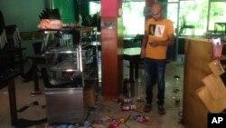 Mohamed Ramzeen berdiri di restoran kecilnya di Pilimathalawa, Sri Lanka, yang terdampak vandalisme, 8 Maret 2018.