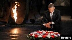 El presidente Barack Obama hace una pausa en el Hall de la Memoria del museo de niños del Holocausto en Yad Vashem, Israel.