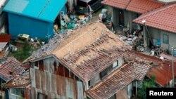 Hình tư liệu - Những ngôi nhà bị phá hủy sau trận động đất ở Kurayoshi, Nhật Bản, ngày 21 tháng 10 năm 2016.