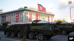 지난 10일 북한 평양에서 열린 노동당 창건 70주년 열병식에 북한의 이동형발사대에 장착된 탄도미사일이 등장했다. (자료사진)