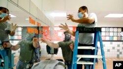 Sebuah SD Bukhair di kota Dallas, Texas memasang pembatas di toilet siswa untuk mencegah perebakan Covid-19 menjelang rencana membuka kembali sekolah (15/7).