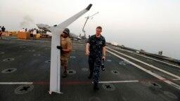 Một chiếc Scan Eagle UAV được sử dụng trên một tàu hải quân Mỹ.