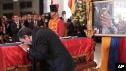 Iranski predsednik Mahmud Ahmadinedžad ljubi kovčeg sa posmrtnim ostacima predsednika Venecuee Uga Čavesa