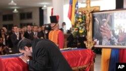 Eron prezidenti Mahmud Ahmadinejod Chaves bilan vidolashmoqda, Karakas, Venesuela, 8-mart, 2013-yil