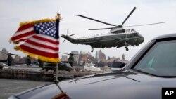 El Marine One llevando al presidente Barack Obama y a la Primera Dama se eleva del sitio de aterrizaje en Nueva York.