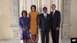O presidente Barack Obama e a Primeira Dama, Michelle Obama, posam numa foto tirada no Museu Metropolitano de Nova Iorque junto ao presidente Teodoro Obiang Nguema e da sua esposa.,Constância Mangue de Obiang( Sept. 23, 2009).