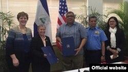 Representantes del gobierno de Nicaragua y de la autoridad de operaciones de remoción (ERO) de la policía de inmigración y aduanas de EE.UU.(ICE) en la firma del Memorando de Entendimiento para participar en el sistema Electrónico de Documentos de Viaje (eTD). Foto: ICE.