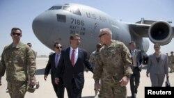 اشتون کارتر وزیر دفاع آمریکا در فرودگاه بغداد از سوی استوارت جونز سفیر آمریکا در عراق مورد استقبال قرار گرفت- ژوئیه ۲۰۱۵