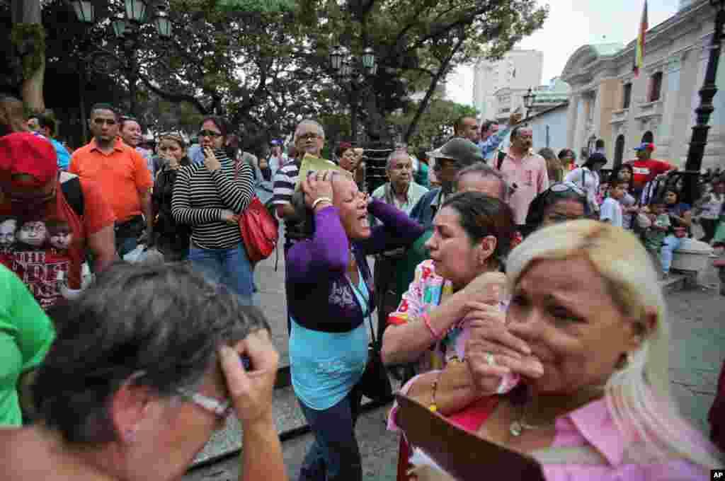 Người ủng hộ phản ứng sau khi cái chết của ông Hugo Chavez được loan báo tại Caracas, Venezuela, ngày 5/3/2013.