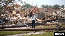 Seorang lansia merenung di antara reruntuhan rumah di kota Moore, Oklahoma pasca bencana alam tornado yang berkecepatan hingga 320 km per jam (20/5).