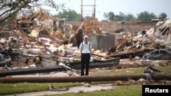 2013年 5月20日,美国中部俄克拉荷马州穆尔镇遭受超强龙卷风摧毁的一个灾情。