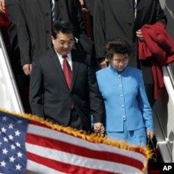 胡锦涛主席和夫人2006年4月18日抵达美国华盛顿州