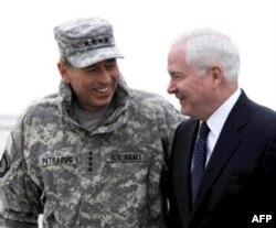 Mudofaa vaziri Robert Geyts (o'ngda) Afg'onistondagi qo'mondon general Deyvid Petreus bilan