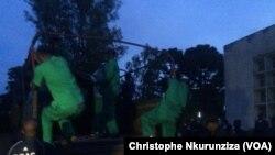 Les 28 putschistes montent à bord d'un camion pour être transférés à la prison centrale de Gitega, Burundi, 7 janvier 2016. (VOA / Christophe Nkurunziza)