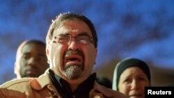 Ông Namee Barakat, cha của nạn nhân Deah Shaddy Barakat, khóc trong buổi lễ tưởng niệm tại trường đại học bang North Carolina ở Chapel Hill, ngày 11/2/2015.