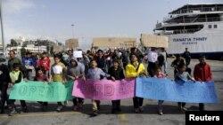 Manifestation de migrants sur le port du Pirée en Grèce le 8 mars 2016.
