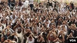 Demonstran menuntut mundurnya Presiden Saleh di ibukota Sana'a (foto: dok). Kekerasan yang dilakukan pemerintah Yaman terhadap demonstran anti-pemerintah selama 6 bulan terakhir, telah menewaskan ratusan dan melukai ribuan lainnya.