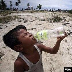 Seorang anak korban tsunami di Sumatra Barat. Wilayah Mentawai dinyatakan masih rawan gempa dan tsunami.