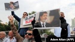 Prière funéraire symbolique à l'occasion de l'enterrement du président égyptien Mohamed Morsi à Ankara en Turquie le 18 juin 2019.