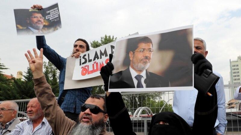 Des milliers de personnes à une prière à la mémoire de Morsi à Istanbul