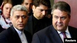 알리 타예브니아(왼쪽) 이란 경제부 장관이 3일 수도 테헤란에서 진행된 컨퍼런스 현장으로 시그마 가브리엘 독일 경제부 장관과 함께 입장하고 있다.