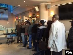 Dominicans vote in New York, May 15, 2016. (Celia Mendoza/VOA Spanish)