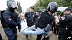 警察拘留了俄罗斯圣彼得堡抗议游行的一名抗议者(2017年6月12日)