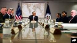 지난 25일 바락 오바마 미국 대통령(가운데)이 시리아 등에서 활동하는 수니파 무장단체 ISIL 대처방안을 논의하는 국가안보회의를 주재하고 있다. (자료사진)
