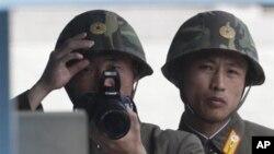 Binh sĩ Bắc Triều Tiên nhìn về phía Nam Triều Tiên từ làng đình chiến Bàn Môn Ðiếm