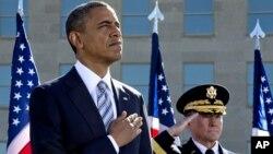 El presidente Barack Obama y el jefe del Estado Mayor General Martin Dempsey participan en una ceremonia en el Pentágono para conmemorar a las víctimas del 9/11.