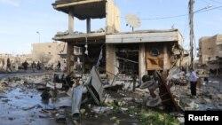 25일 시리아 락까에서 정부군의 공습으로 무너진 건물들.