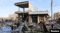 活动人士说,这是叙利亚城市拉卡一处被总统阿萨德的军队空袭击中的建筑物。(2014年11月25日)