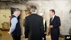 英国首相卡梅伦8月12日视察一个遭到劫掠的超市