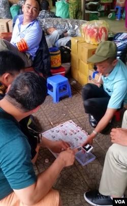 越南街头最常见的休闲游戏是中国象棋。(美国之音朱诺拍摄,2017年4月7日)