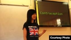 Một học sinh trình bày về phương pháp tránh thai tại trường trung học Nguyễn Công Trứ.