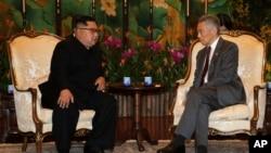 Severnokorejski lider Kim Džong Un tokom sastanka sa premijerom Singapura, Li Hsien Lungom u Istana predsedničkoj palati u nedelju, 10. juna 2018.