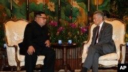 Sjevernokorejski lider Kim Jong Un tokom sastanka sa premijerom Singapura, Lee Hsien Loongom u Istana predsjedničkoj palati u nedjelju, 10. juna 2018.