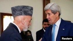 John Kerry (à dr.) et Hamid Karzai (Reuters)