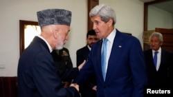 John Kerry (à dr.) à Kaboul, rencontrant le président afghan Hamid Karzaï (Photo Reuters)