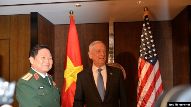 Bộ trưởng Quốc phòng Việt Nam Ngô Xuân Lich và Bộ trưởng Quốc phòng Hoa Kỳ Jim Mattis, tại Singapore, ngày 1/6/2018. Ảnh Thanh niên.