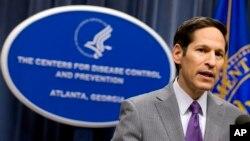 Giám đốc CDC Bác sĩ Tom Frieden nói chuyện tại một cuộc họp báo