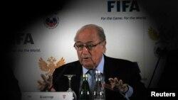 "Presiden FIFA, Sepp Blatter dalam suatu jumpa pers di St. Petersburg, Rusia (Foto: dok). Federasi Sepak Bola Dunia ini menjatuhkan sanksi terhadap 74 pejabat dan pemain sepakbola dunia atas keterlibatan mereka ""main sabun"" di Italia dan Korea Selatan."