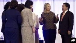 Госсекретарь США Хиллари Клинтон и президент Монголии Цахиагийн Элбегдорж. Улан-Батор. 9 июля 2012 г.