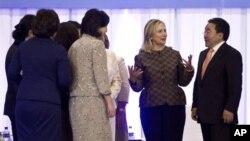 美國國務卿克林頓在婦女領導作用國際論壇上與蒙古總統額勒貝格道爾吉碰面。